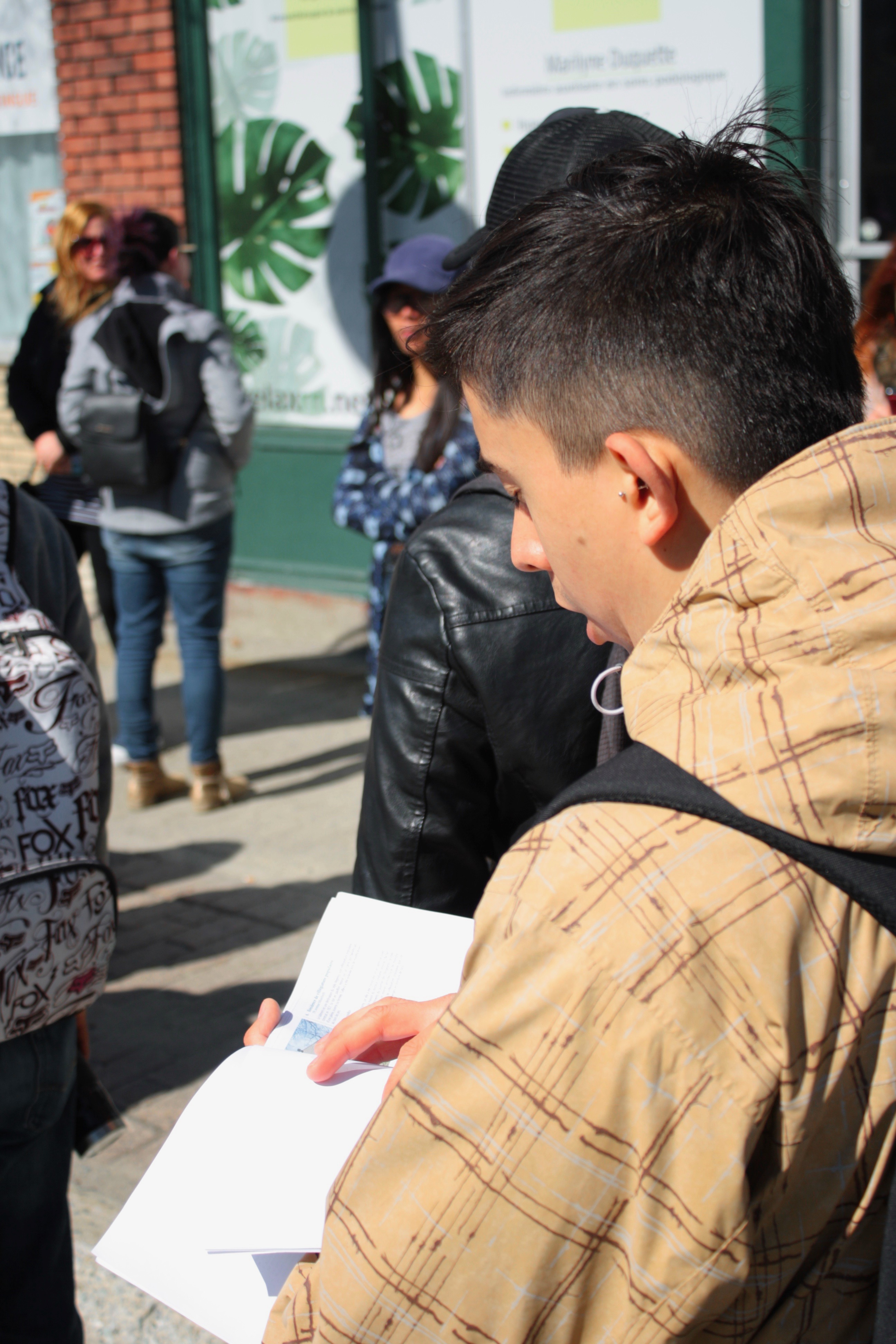 Participant lisant un texte
